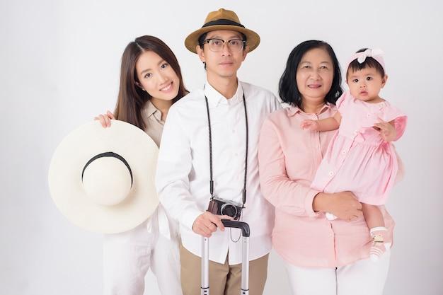 Счастливая азиатская семья готова путешествовать