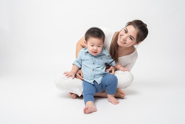 幸せなアジアの家族は息子と一緒に楽しんでいます