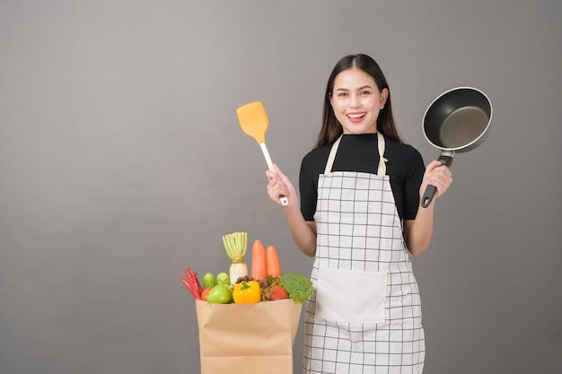 Счастливая женщина готовит здоровую пищу для приготовления пищи