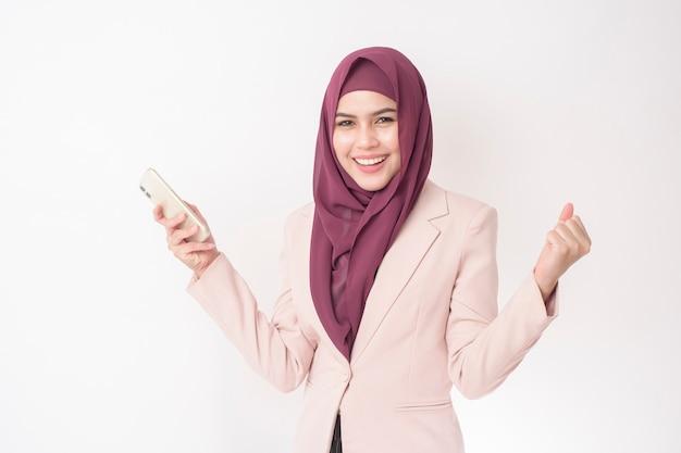 白い背景の上のヒジャーブの肖像画を持つ美しいビジネス女性