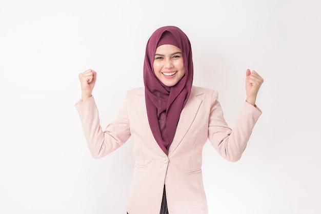 Красивая деловая женщина с портретом хиджаб на белой стене