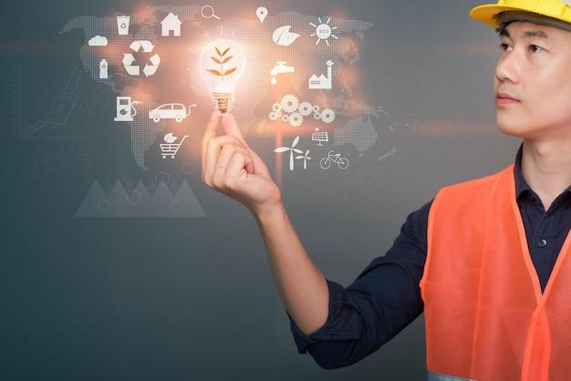 エンジニアの男は、生態学的データ、近代的な都市技術の概念とデジタルエンジニアリング計画を保持しています。