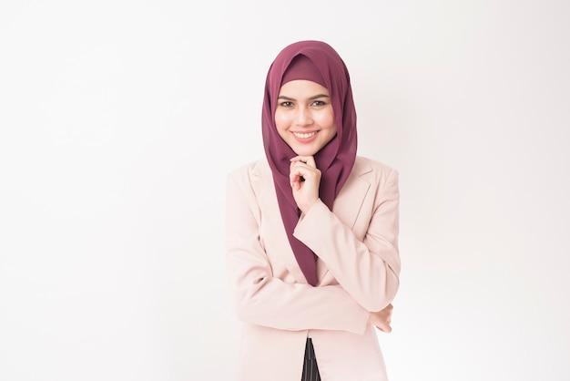 Деловая женщина с портретом хиджаб на белом