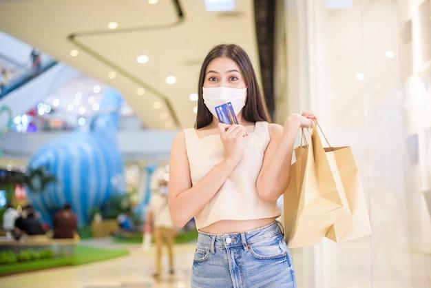 Портрет красивой женщины носит маску в торговом центре