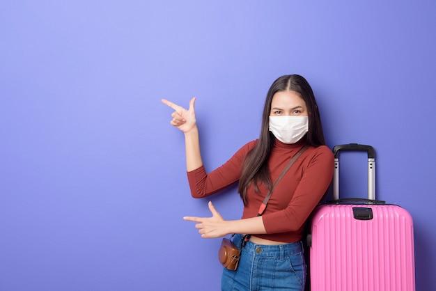 Портрет молодой женщины путешественника с маской, новая концепция нормальных путешествий