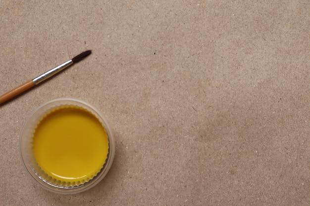 Желтая акварель готова к использованию