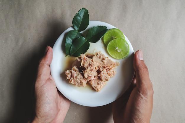Консервированный тунец, салат из тунца, консервы, готовые блюда