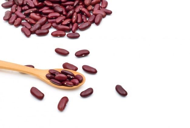 白い背景の上の袋に小豆