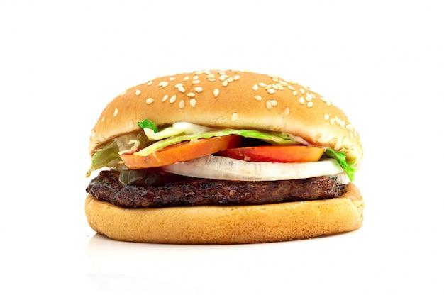 Гамбургер с мясом и овощами на белом фоне