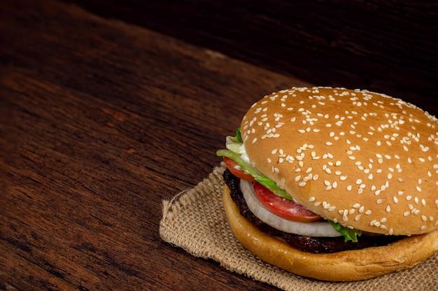 Гамбургер мясо и овощи на деревянном фоне