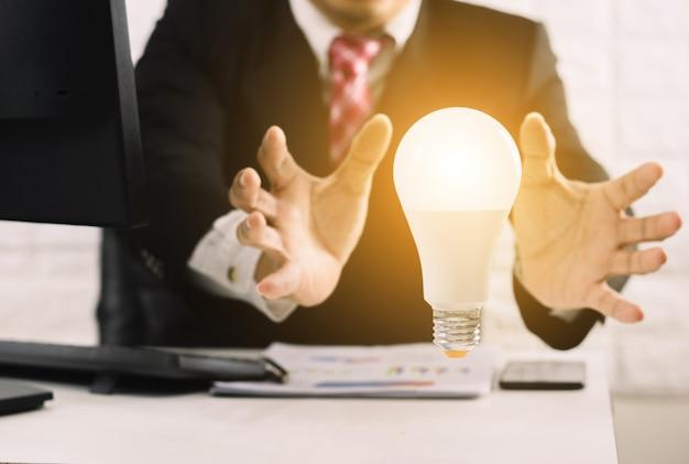 Бизнесмен концепт руки лампочки новые идеи с инновационным технологическим решением