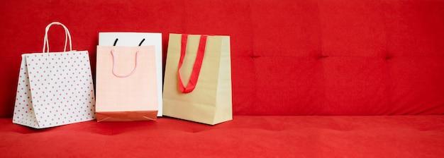 紙袋の赤いソファで買い物