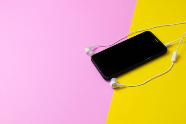 スマートフォンとヘッドフォンヴィンテージ音楽を聴く