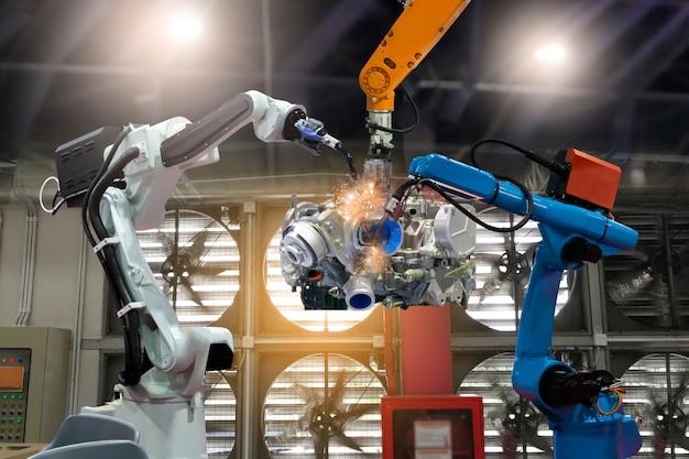 制御自動化ロボットが工場部品の生産を準備
