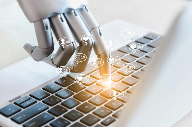 Руки робота и пальцы указывают на социальные сети онлайн-бизнес сообщения, лайки, подписчики и комментарии в интернете