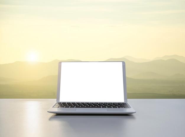 自然と山の中のノートパソコン