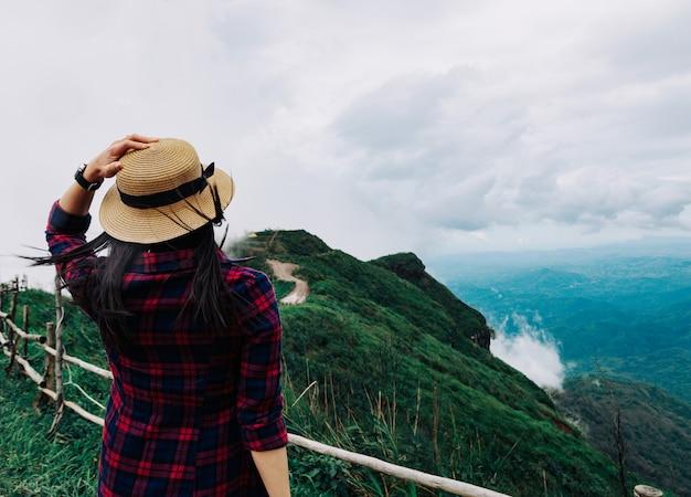 女性旅行雨季マウンテンビューは、休日にリラックス