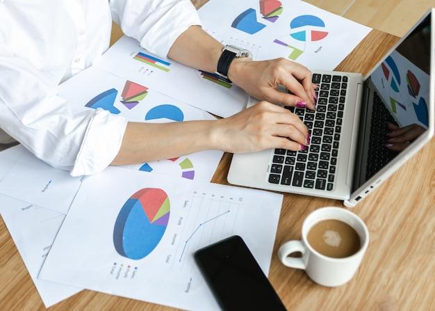 Бизнес командная работа анализ диаграмм и графиков концепции стратегии современного портативного компьютера