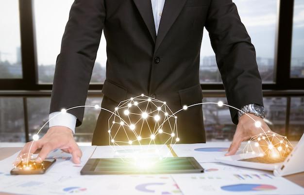 Бизнесмен, анализируя графики с технологическими устройствами