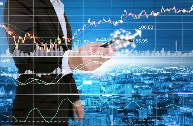Бизнесмены анализируют графики с помощью компьютеров, смартфонов и планшетных технологий в социальных сетях.