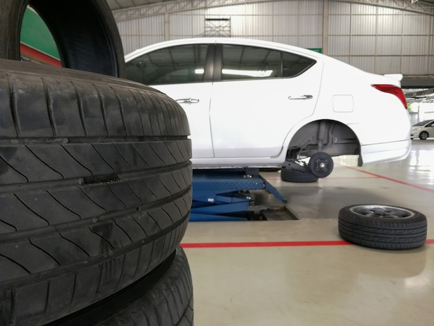 新しいタイヤの安全性の変更または車のタイヤの劣化