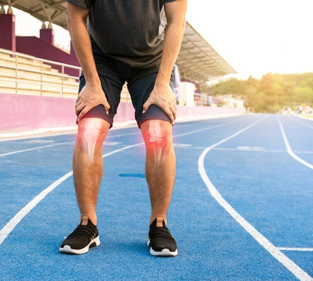膝関節の骨を行使するランナー
