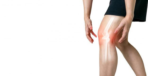 白い背景の上の骨関節の人間の脚の変形性関節症の炎症