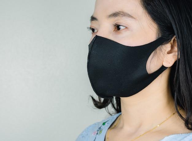 病気やウイルスを防ぐためにマスク生地を着ている人。コロナウイルスの概念