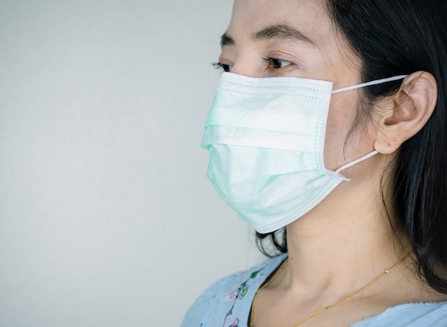 病気やウイルスを防ぐためにマスクを着ている人