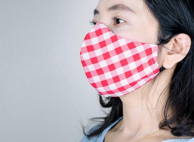 病気やウイルスを防ぐためにマスク生地を着ている人