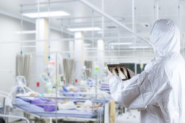 Врач поставил средства индивидуальной защиты от вируса, лечение пациента, воспаление легких