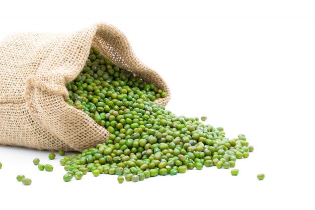 Зерна бобы мунг в мешочке на белом фоне