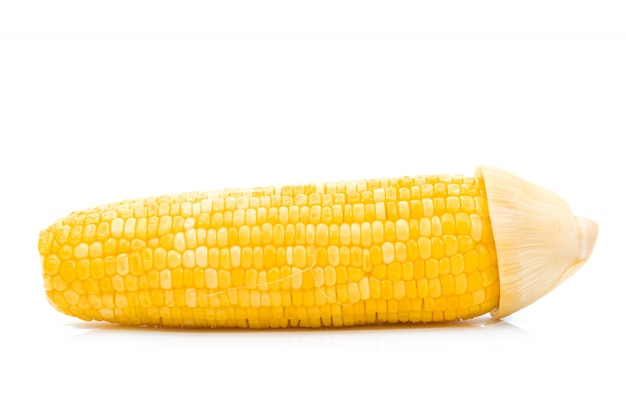Кукуруза вареная на белом фоне