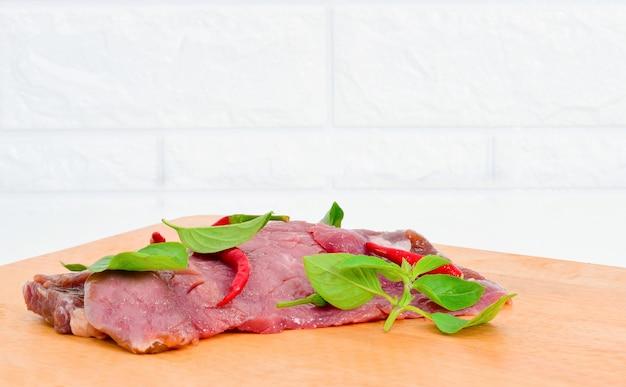 木製のまな板で新鮮な唐辛子肉