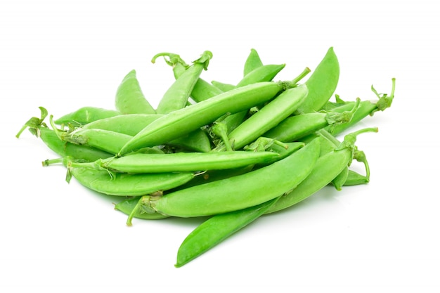 白い背景の上のエンドウ豆の穀物