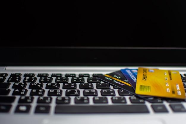 オンラインの概念をショッピング、コンピューター上のクレジットカード。