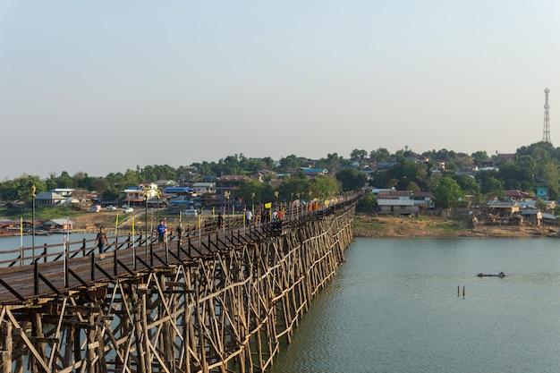 カンチャナブリーで木造の月橋の眺め