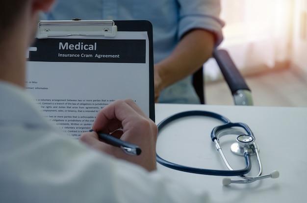 若い男性医師や薬剤師の処方を書くの背面図