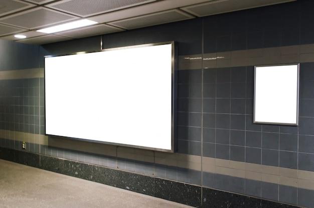 地下鉄の駅や空港でコピースペースを持つ壁に大きな空白の広告看板