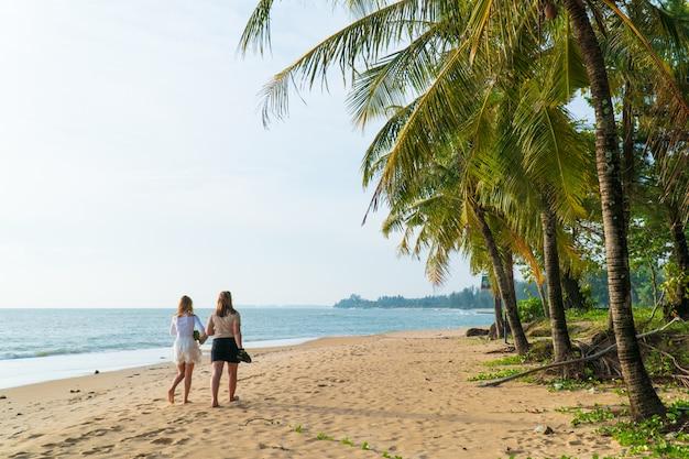 Путешественник в купальнике на острове симилан пхукет, таиланд