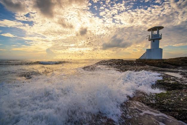 灯台とカオラック、タイの嵐