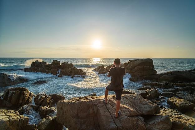 写真家がタイのプーケットで海の写真を撮る