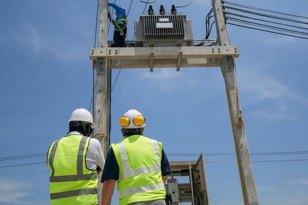 建設現場の電気技師