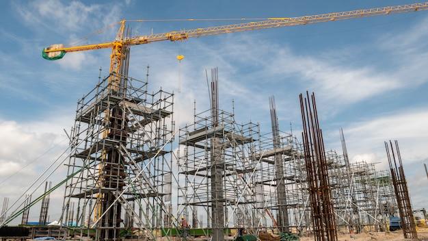 建設現場での足場とタワークレーン