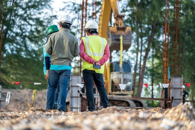 建設現場の建設エンジニアと安全管理者のグループ
