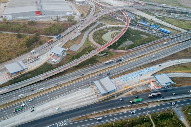 空撮インターチェンジ高速道路と交通渋滞