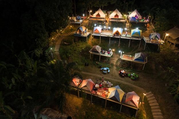 日没時の空撮テントキャンプ