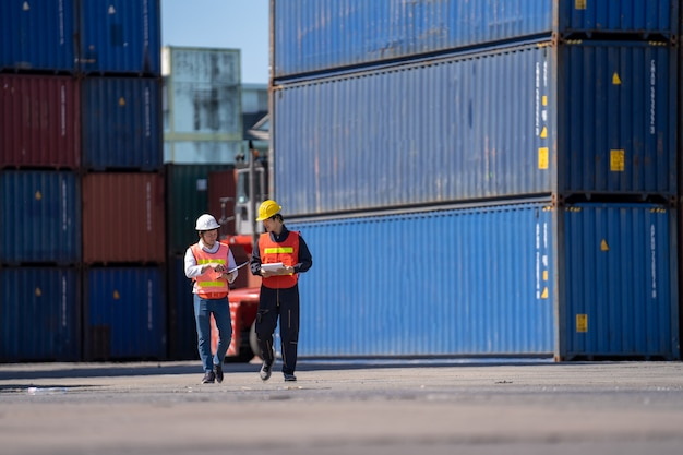 港での物流技術者による制御、トラックの輸出用コンテナの積み込みおよび物流のインポート