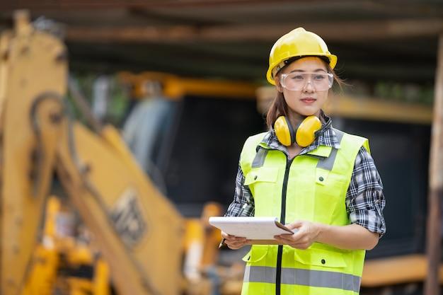 Азиатская девушка инженер-строитель на строительной площадке