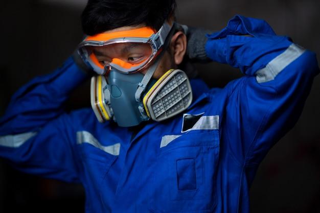 Портрет крупного плана мужского ученого в маске противогаза